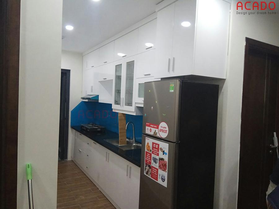 Với không gian nhỏ mẫu tủ bếp kiểu chữ i màu trắng giúp căn bếp luôn gọn gàng sạch đẹp