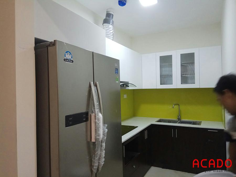 Mẫu tủ bếp hình chữ L đầy đủ tiện nghi với màu sắc hiện đại và trẻ trung