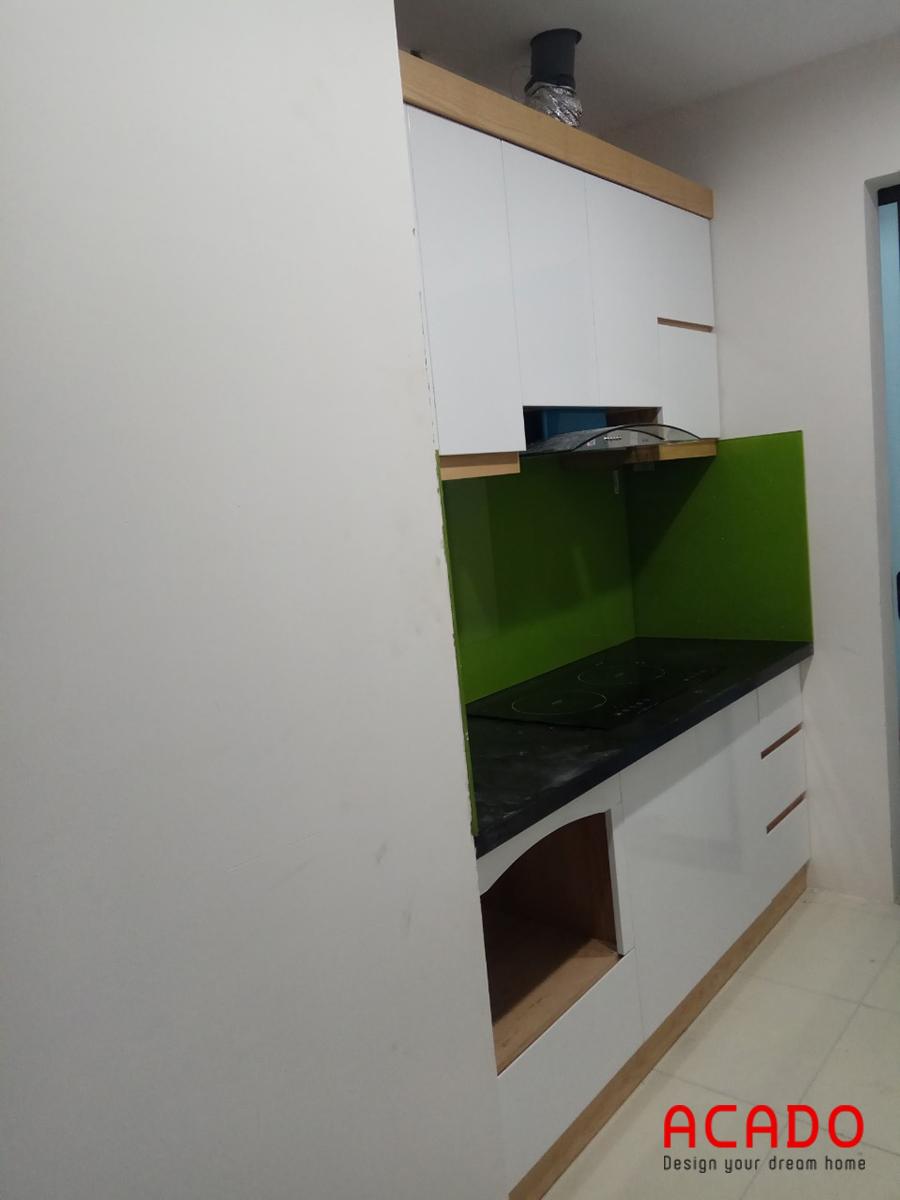 Tủ bếp màu trắng mạng lại sự gọn gàng và hiện đại cho căn bếp có diện tích nhỏ