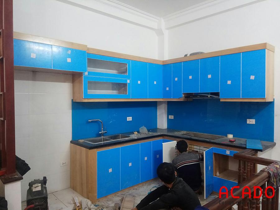 Đội thợ của Acado đang thi công lắp tủ bếp cho gia chủ