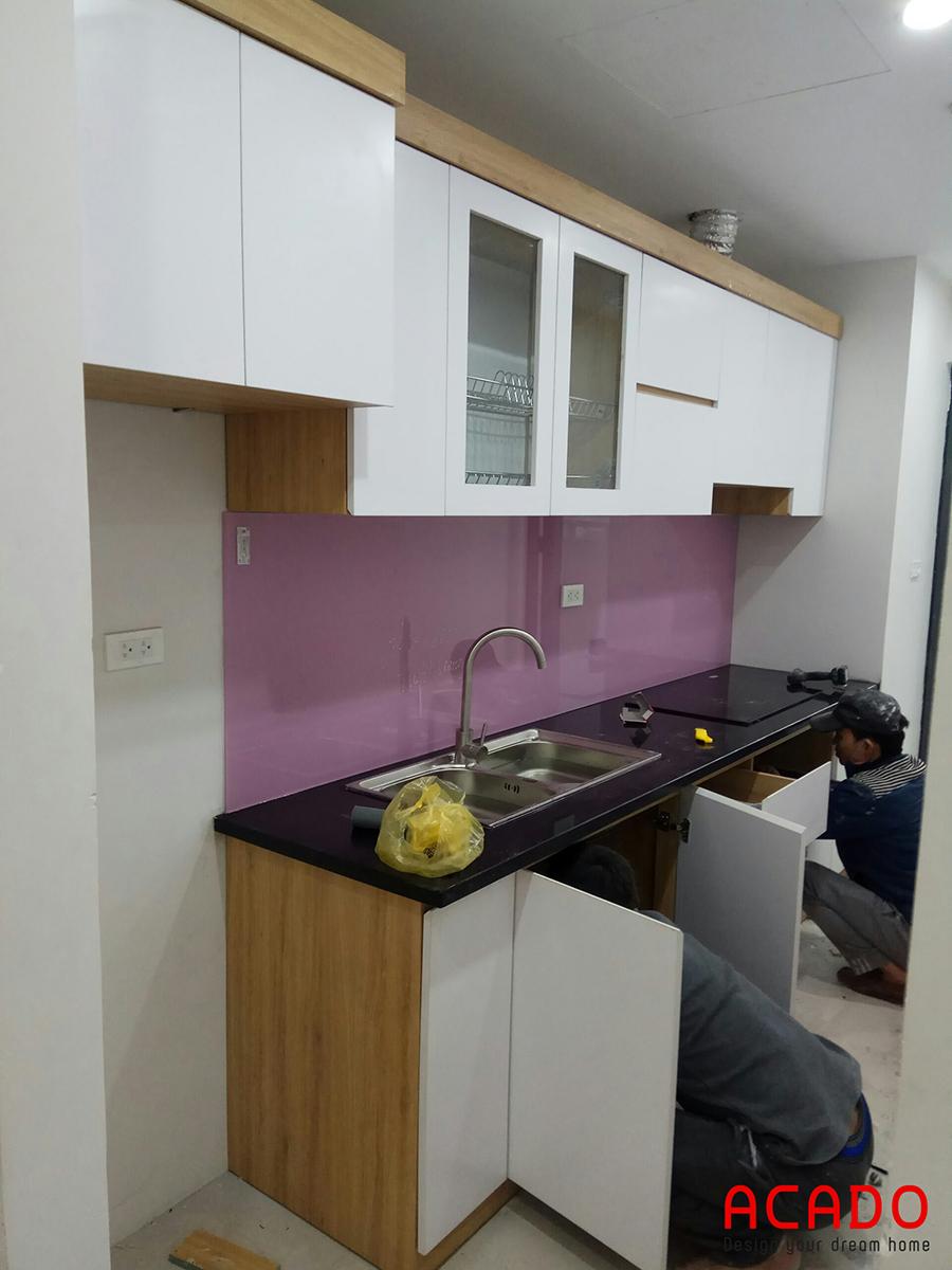 Đội ngũ thợ của của Acado đang thi công tủ bếp cho gi chủ