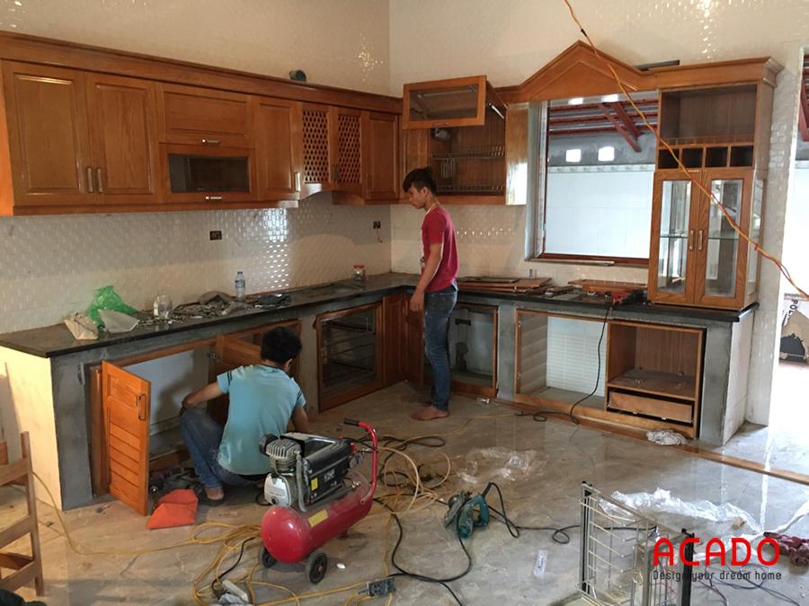 Thợ của Acado đang thi công lắp đặt tủ bếp gỗ sồi tự nhiên phủ sơn PU cho gia chủ