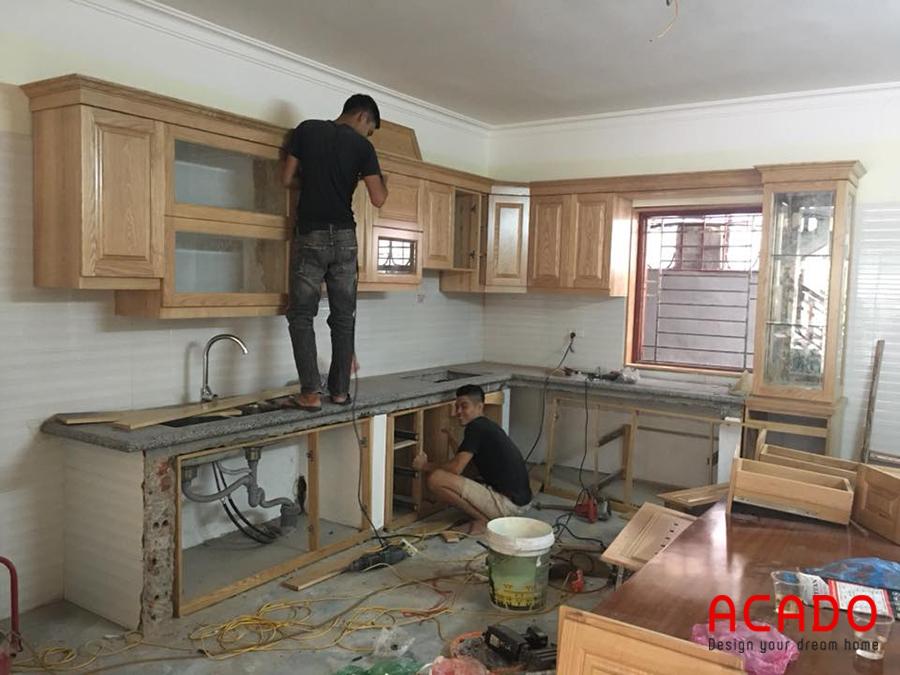 Đội thợ của Acado đang thi công lắp đặt tủ bếp cho gia chủ