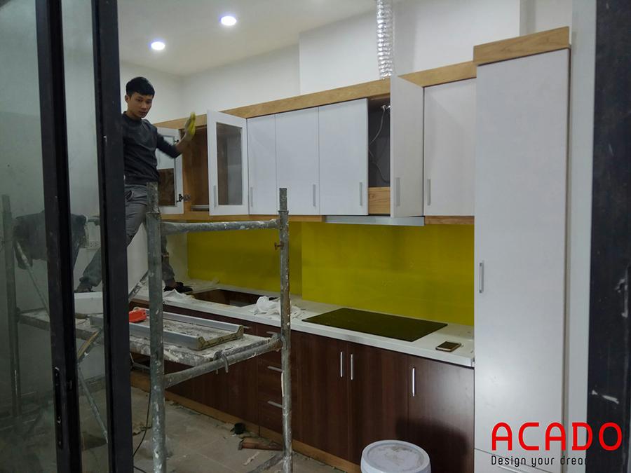 Thợ của Acado đang thi công lắp tủ trên với chất liệu là Melamine cốt chống ẩm