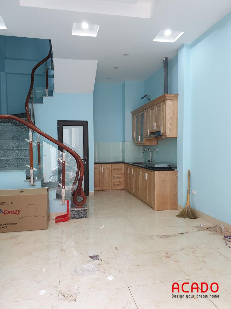 Tủ bếp gỗ sồi khi thi công xong mang lại cho ngôi nhà một điểm nhấn đầy cuốn hút