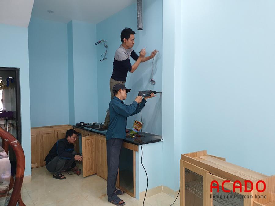 Đội thợ của Acado đang thi công lắp tủ dưới