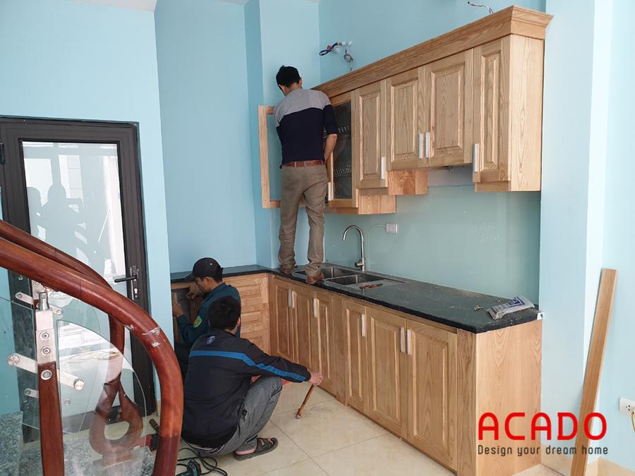 Với đội ngũ thợ có tay nghề cao của Acado đang lắp tủ trên