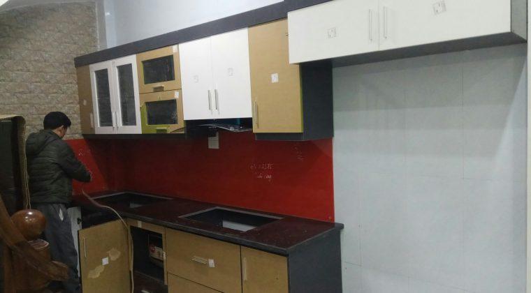 công trình tủ bếp tại quang trung đang trong qua trình lắp đặt