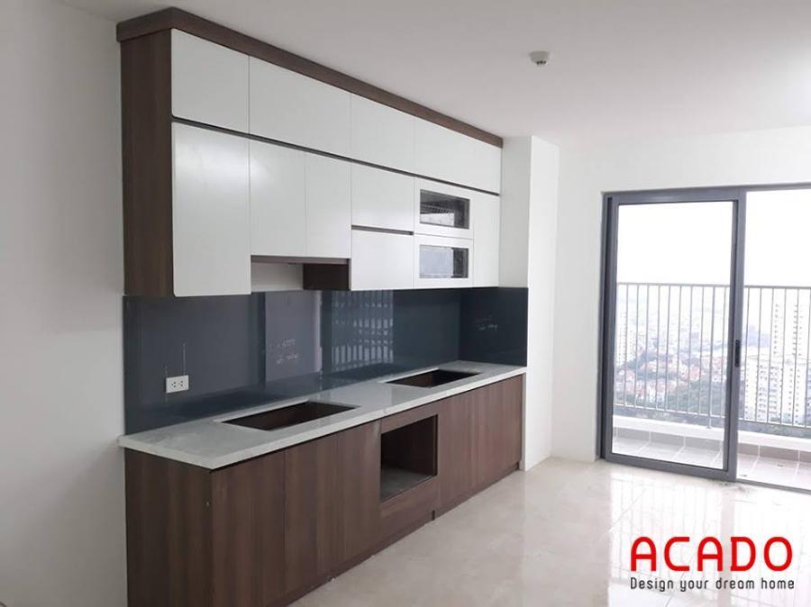 Với những chung cư có không gian bếp nhỏ thi mẫu tủ bếp Melamine màu vân gỗ kết hợp cánh tủ trắng là sự lựa chọn hoàn hảo