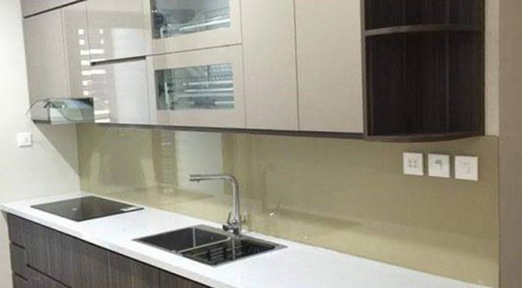 Sự kết hợp màu vân gỗ cổ điển và cánh tủ trên màu trắng trẻ trung của mẫu tủ bếp đẹp có kích thước nhỏ này mang lại tính thẩm mỹ cao cho gian bếp