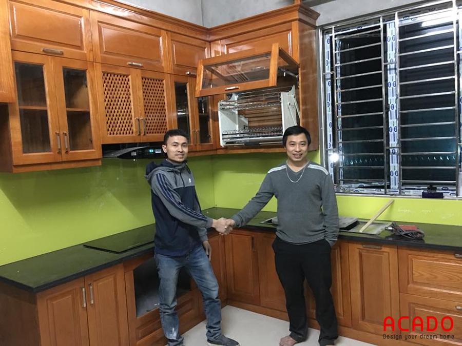 Tủ bếp gỗ sồi Nga với điểm nhấn là kính ốp màu vàng chanh