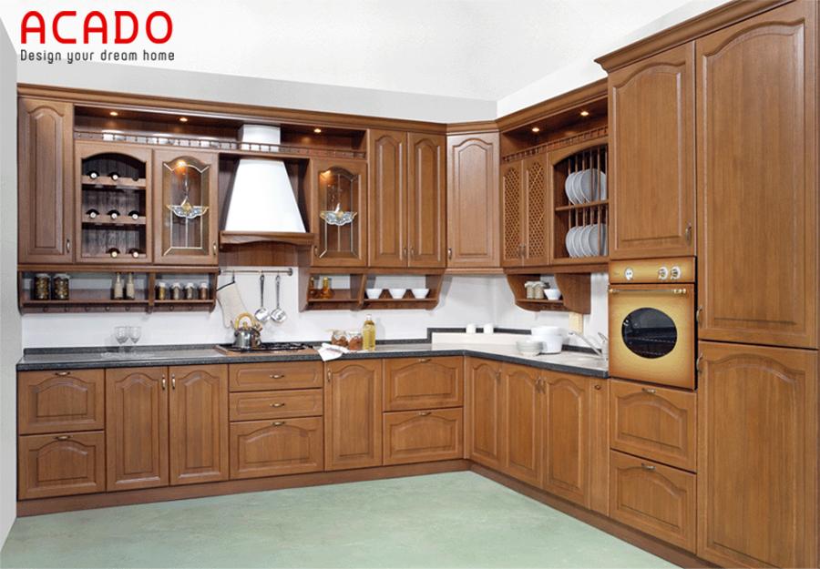 Mẫu tủ bếp gỗ dổi sẫm màu theo phong cách tân cổ điển