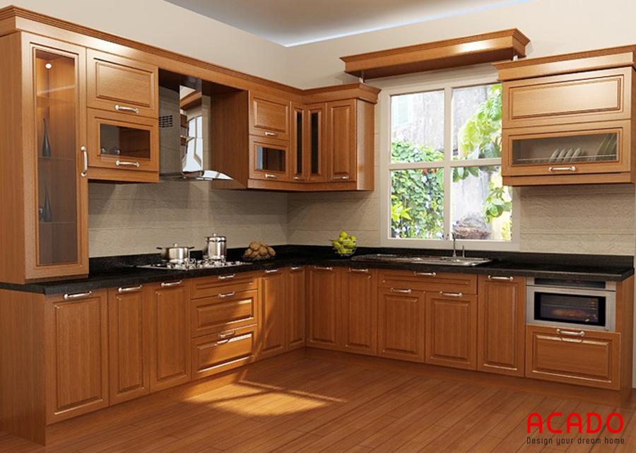 Mẫu tủ bếp gỗ sồi Mỹ kết hợp với cửa sổ cho không gian bếp thoáng mát