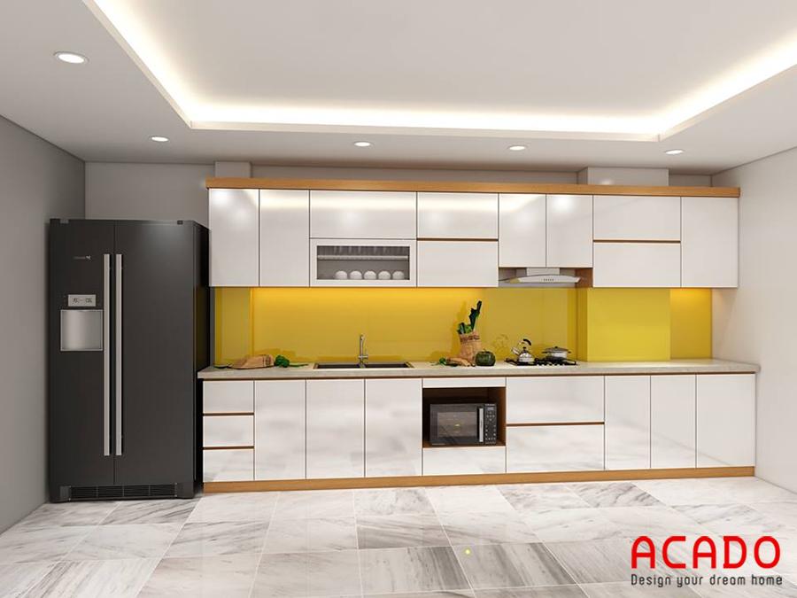 Mẫu tủ bếp Acrylic màu trắng với điểm nhấn là kính ốp màu vàng