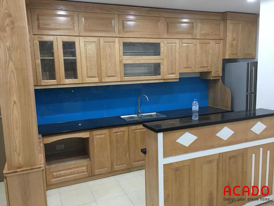 Tủ bếp gỗ sồi Nga hình chữ u đóng kịch trần thoải mái khi sử dụng