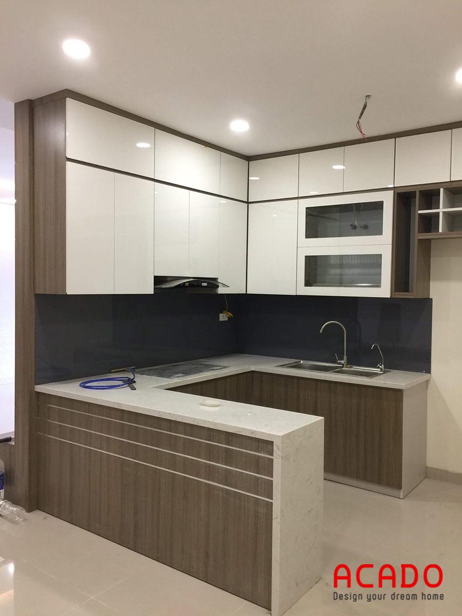 Mẫu tủ bếp Melamine màu trắng-vân gỗ kết hợp mặt đá trắng hiện đại, trẻ trung