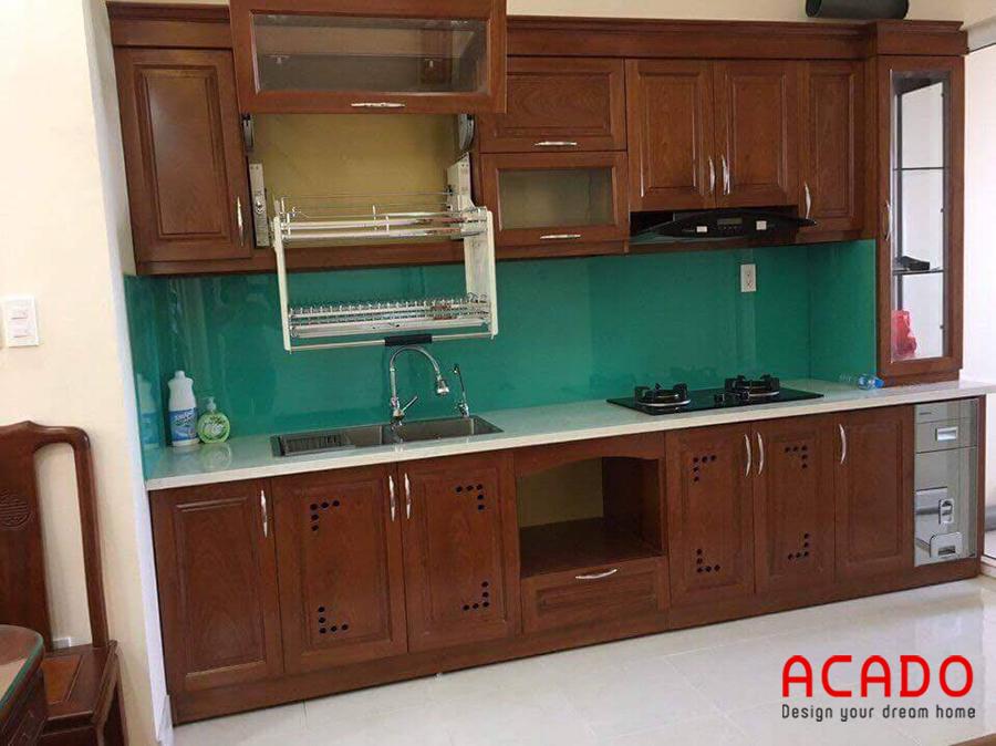 Tủ bếp xoan đào màu cánh đậm với thiết kế thông minh