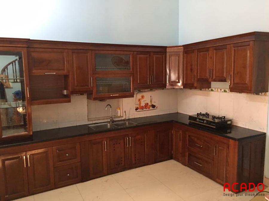 Mẫu tủ bếp gỗ xoan đào hình chữ L mang lại sự sang trọng và ấm cúng cho căn bếp