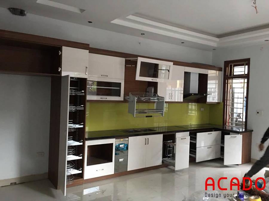Một bộ tủ bếp lắp đặt toàn bộ phụ kiện chính hãng