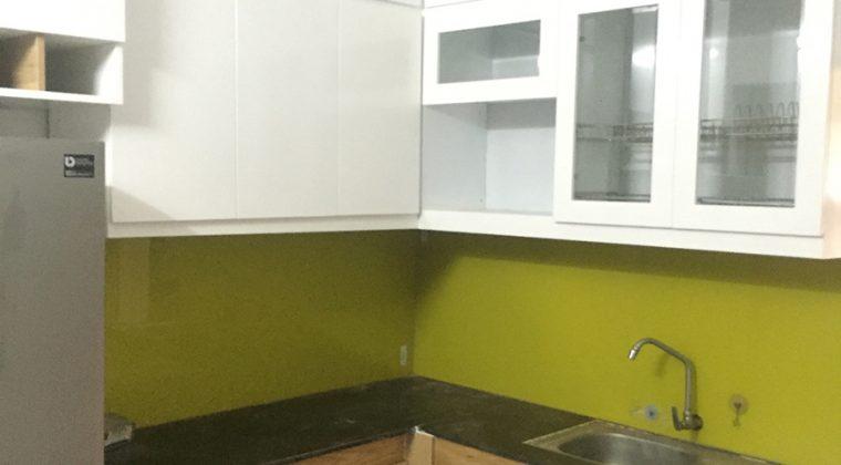 Mẫu tủ bếp Melamine hình chữ L màu trắng-vân gỗ rất được ưa chuộng hiện nay