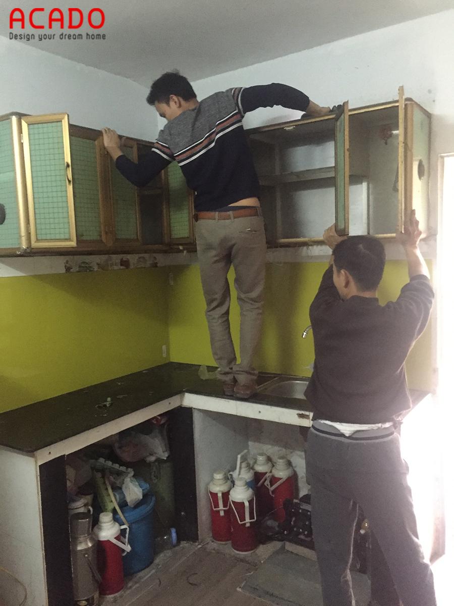 Thợ của Acado tháo dỡ tủ bếp cũ xuống.