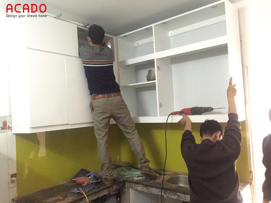 Thi công lắp đặt tủ bếp trên cho gia chủ