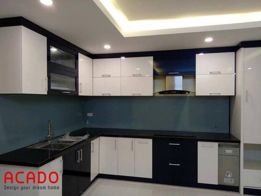Thiết kế tủ bếp Acrylic màu trắng đen có sử dụng thùng gạo thông minh hiện đại, tiện nghi