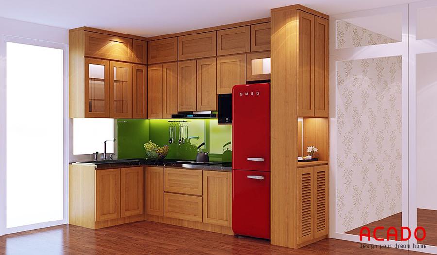 Tủ bếp gỗ sồi Mỹ chữ L với mảng tương xanh lục là điểm nhấn