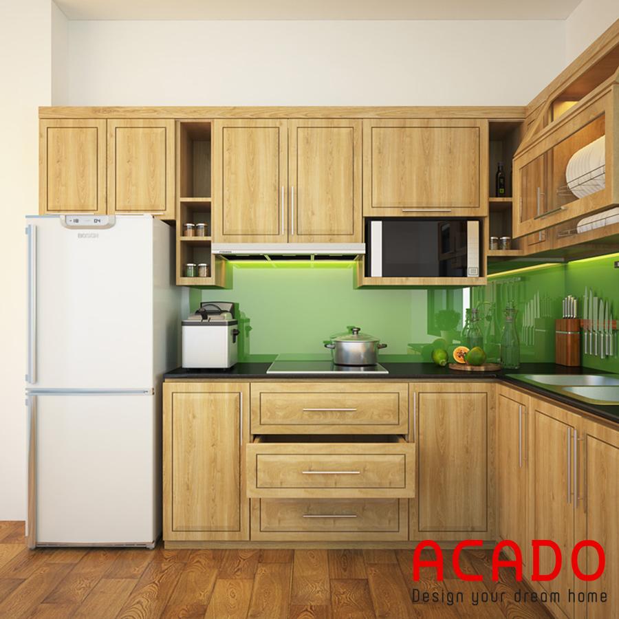 Tủ bếp gỗ sồi Nga chữ L nhỏ gọn  với điểm nhấn là mảng tường màu xanh