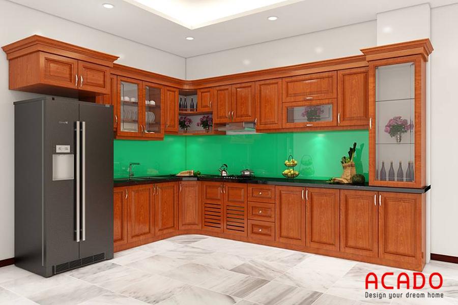 Mẫu tủ bếp gỗ sồi Mỹ hình chữ L kết hợp với kính ốp màu xanh đẹp tinh tế