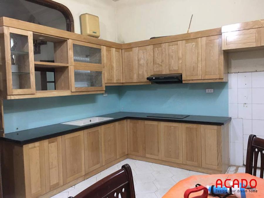 Mẫu tủ bếp gỗ sồi Nga với điểm nhấn là kính ốp màu xanh dương nhạt