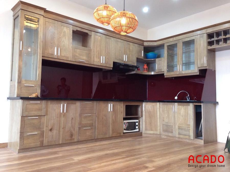 Mẫu tủ bếp gỗ sồi Nga hình chữ L màu vàng sẫm cho không gian bếp ấm cúng