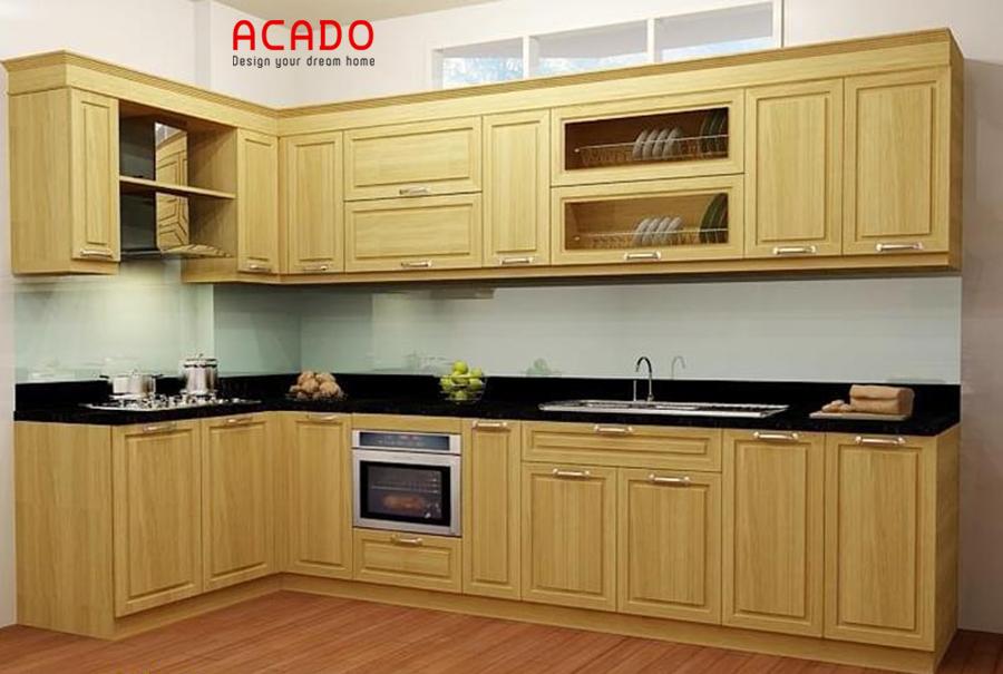 Mẫu tủ bếp gỗ dổi màu vàng hình chữ L đem lại cảm giác sang trọng, tiện nghi