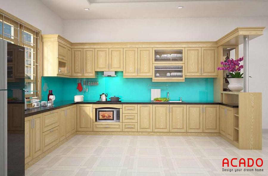 Mẫu tủ bếp gỗ sồi Nga màu vàng sáng kết hợp với kính ốp màu xanh dương hiện đại, trẻ trung