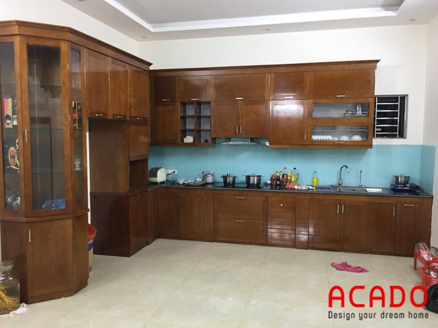 Tủ bếp gỗ tự nhiên màu cánh dán đậm mang lại không gian ấm cúng, sang trọng