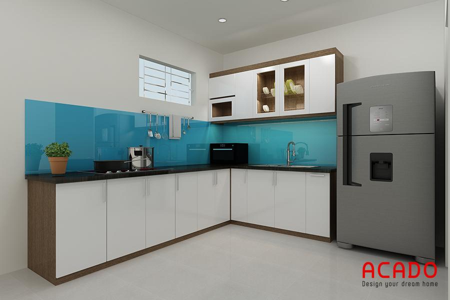 Mẫu tủ bếp Melamine màu trắng kết hợp với kính ốp màu xanh dương bền đẹp