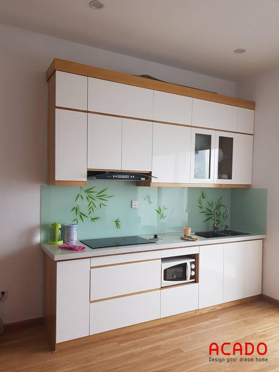 Mẫu tủ bếp Melamine màu trắng viền vân gỗ nhỏ gọn phù hợp với các căn hộ chung cư