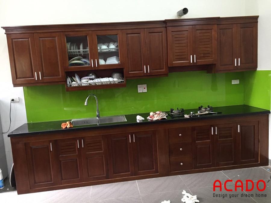 Tủ bếp gỗ xoan đào hình chữ i màu cánh dán đậm tối ưu không gian sử dụng