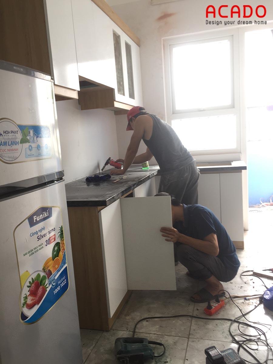 Thi công lắp mặt đá tủ bếp cho chủ nhà