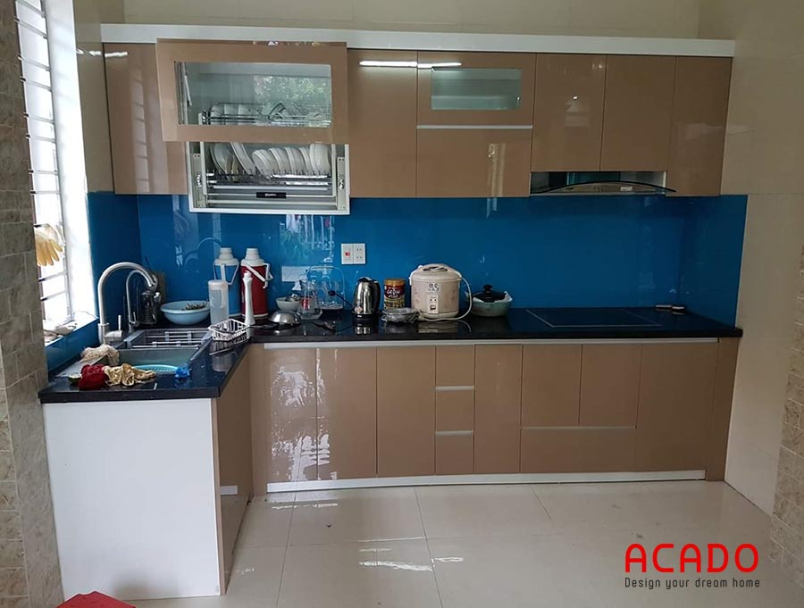 Mẫu tủ bếp Acrylic màu nâu tận dụng không gian góc
