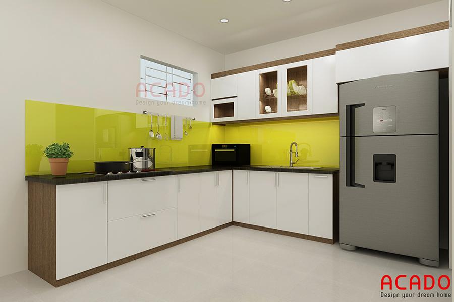 Mẫu tủ bếp picomat hình chữ L màu trắng với điểm nhấn là kính ốp màu vàng đang được rất nhiều gia đình lựa chọn