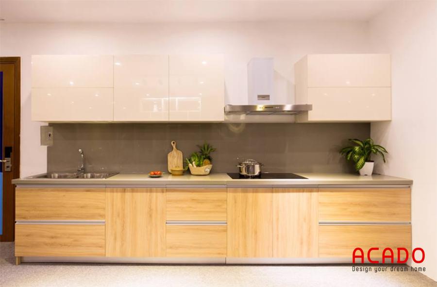 Màu vân gỗ kết hợp tủ trên màu trắng mang lại cảm giác ấm cúng và hiện đại mỗi khi vào bếp