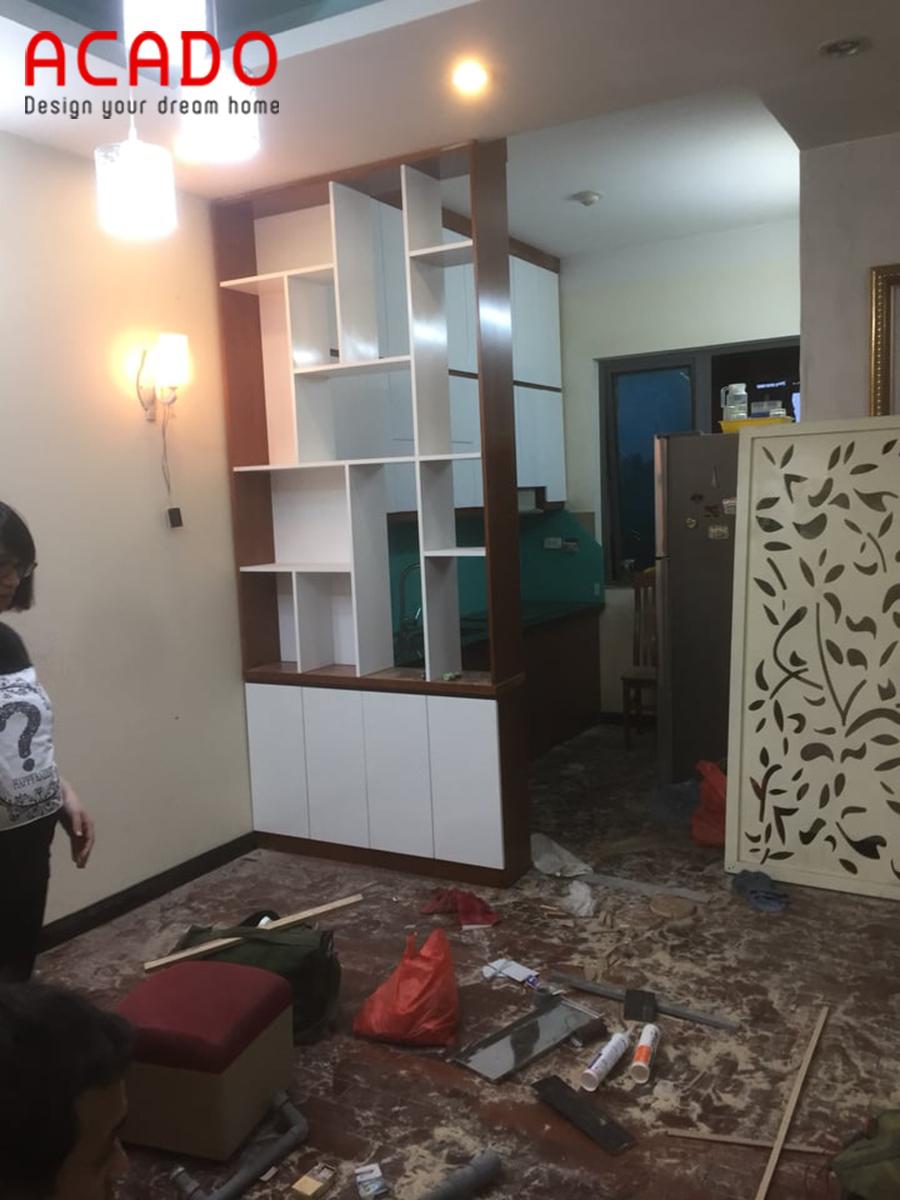 Thi công lắp đặt tủ bếp trên và vách ngăn trang trí