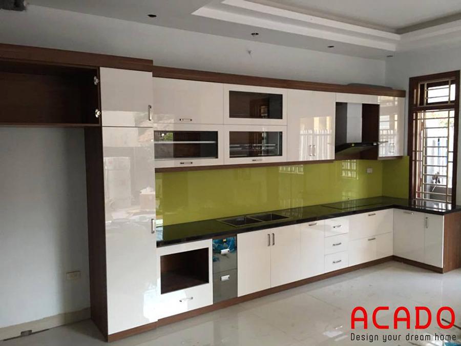 Tủ bếp Acrylic bóng gương màu trắng với thiết kế đầy đủ tiện nghi