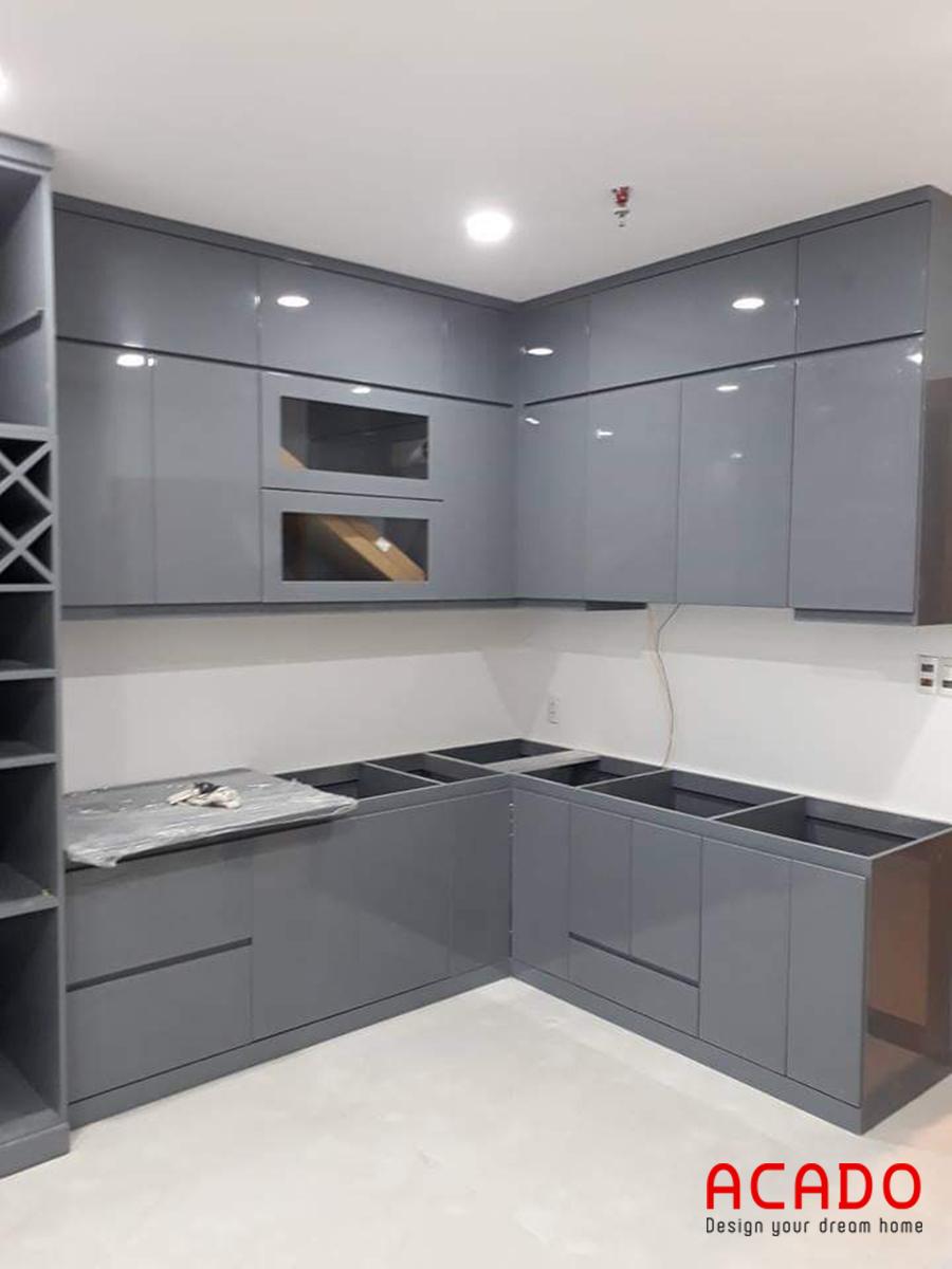 Tủ bếp Acrylic hình chữ L màu ghi đem lại không gian bếp hiện đại và trẻ trung