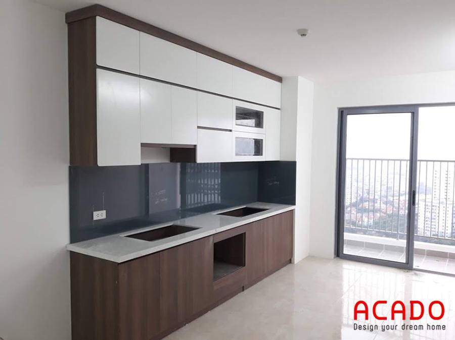 Mẫu tủ bếp gỗ Melamine màu vân gỗ kết hợp với cánh tủ trên màu trắng kịch trần tối ưu không gian sử dụng