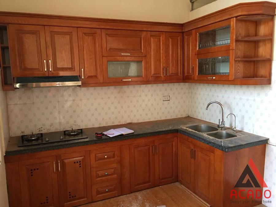 Tủ bếp gỗ xoan đào hình chữ L phù hợp không gian bếp nhỏ hẹp