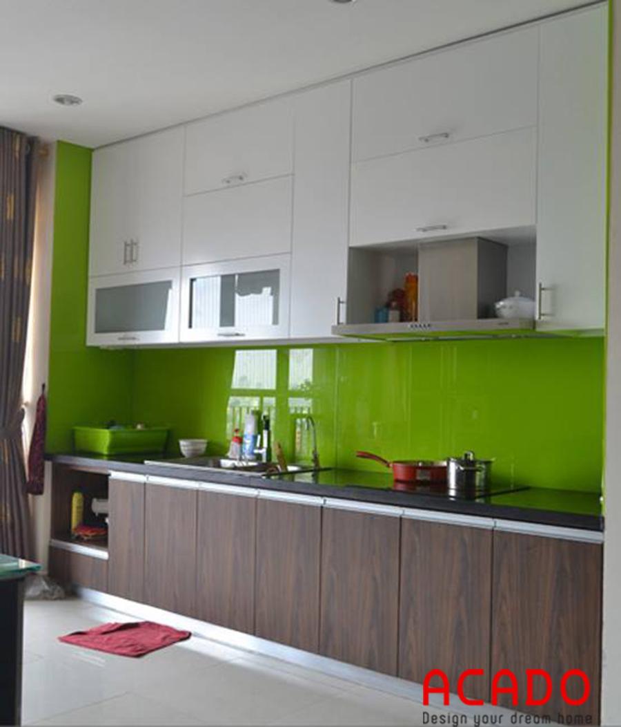 Nhà bếp gỗ công nghiệp dành cho các căn hộ chung cư. Tủ bếp sát trần tạo nên 1 không gian lưu trữ rộng để gia đình sắp xếp đồ dùng 1 cách khoa học.