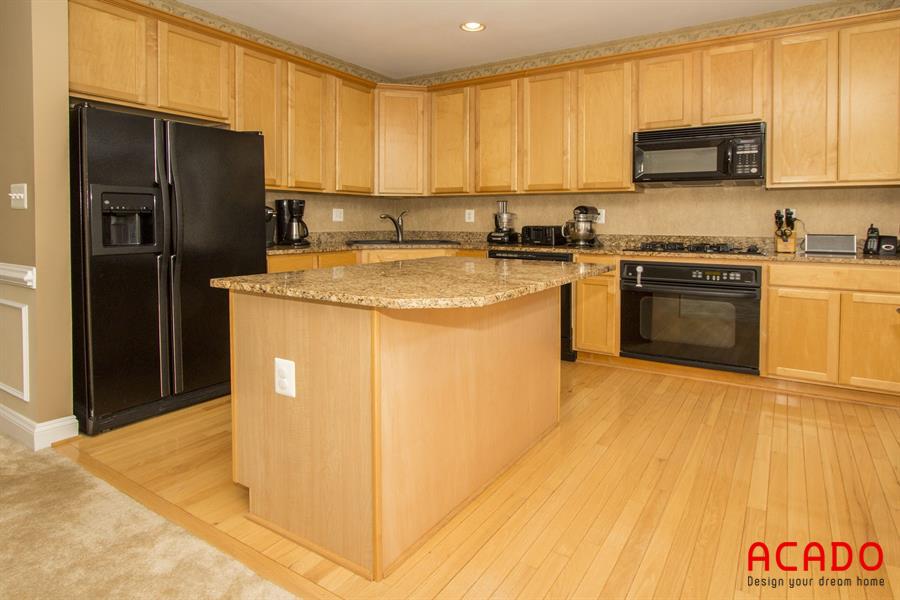 Mẫu tủ bếp có bàn đảo gỗ sồi tự nhiên tạo điểm nhấn cho căn bếp