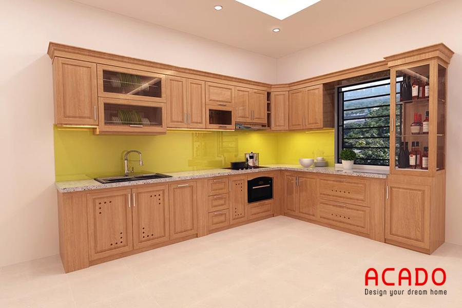 Thiết kế tủ bếp chữ L gỗ sồi màu vàng trầm ấm đem lại không gian bếp ấm cúng